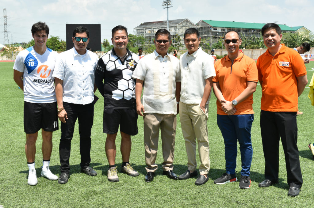 FC Meralco Manila's Phil Younghusband (left), PMC Football for Peace co-founder Rookie Naglaon (3rd from left), One Meralco Foundation President Jeffrey O. Tarayao (2nd from right) and Meralco San Pedro Laguna Business Center Head Ernesto A. Fraginal, Jr. (right) with Binan City officials headed by Mayor Atty. Walfredo R. Dimaguila Jr. (center).