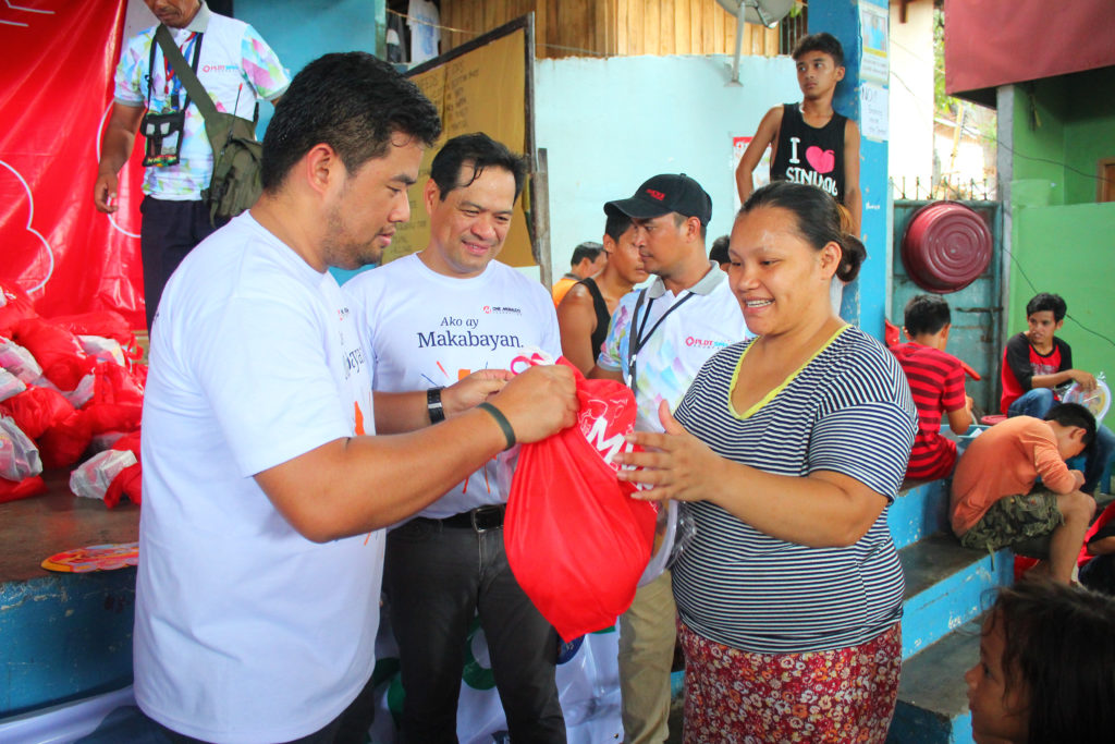 SPREADING THE 'LIGHT'. Employees of the Manila Electric Company (Meralco) turn over relief packages to families affected by the Marawi crisis during One Meralco Foundation's relief operations on July 31, 2017 at the Brgy. Maria Cristina Gymnasium in Iligan City. The activity is part of the MVP corporate social responsibility group's initiative to address the needs of families displaced by the conflict.